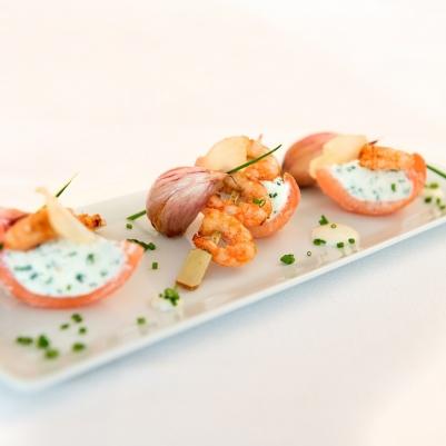 Brochettes de crevettes à l'ail rose de Lautrec, émulsion de chips d'ail