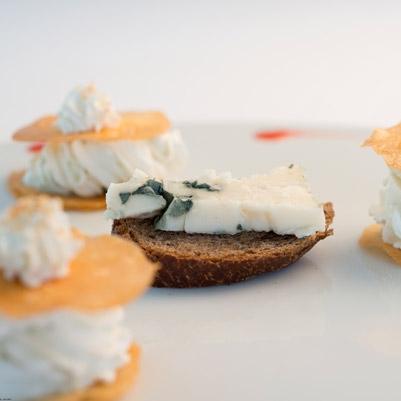 Millefeuilles de roquefort aux noix du Périgord et coulis de fraise et basilic